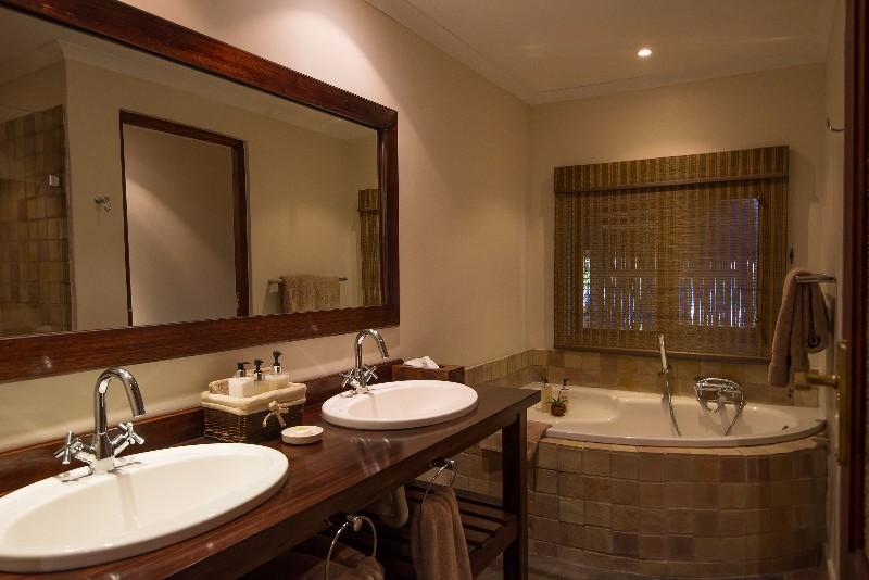 Inyati-corner-bath