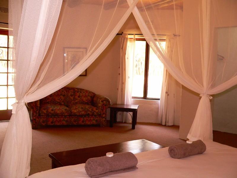 Izintaba-Lodge-king-bedroom-3