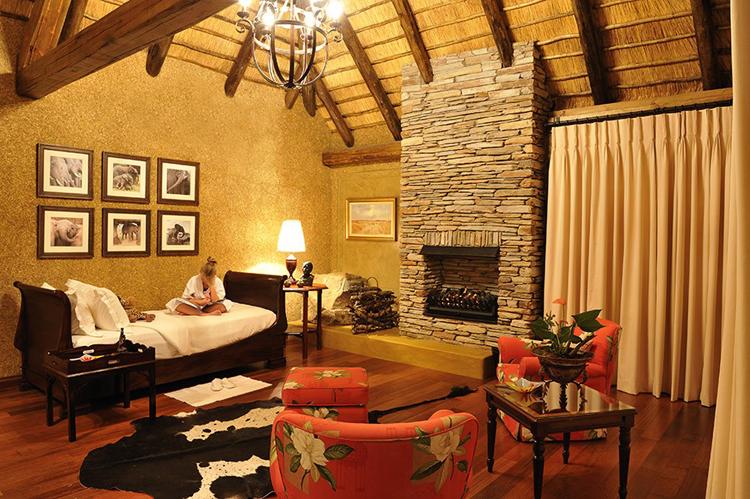 Camp-Jabulani-Accommodation_Zindoga-Villa_King-size-bedroom-with-daybed