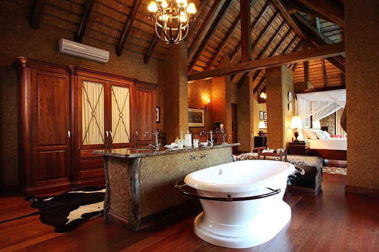 Camp-Jabulani-Accommodation_Zindoga-Villa_King-size-bedroom_bathroom