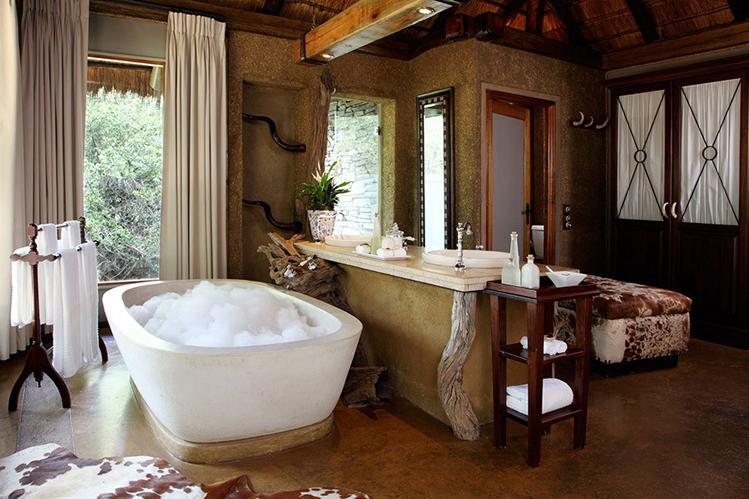 Camp-jabulani-Accommodation_Luxury-and-Deluxe-Suite_Bath-Area