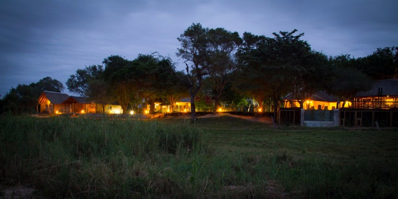 Umkumbe-Safari-Lodge-at-Night