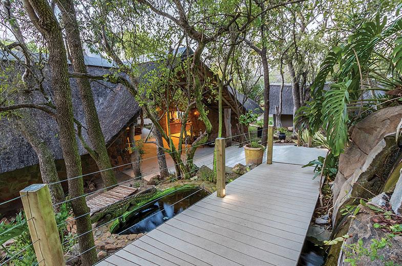 walkways-through-the-leopard-hills-safari-lodge