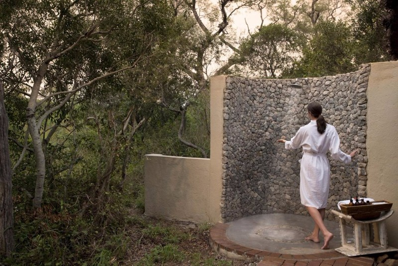 dulini-river-lodge-outside-shower
