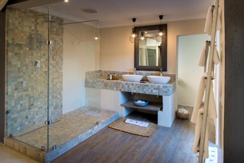 simbavati_river_lodge_luxury-tent-bathroom