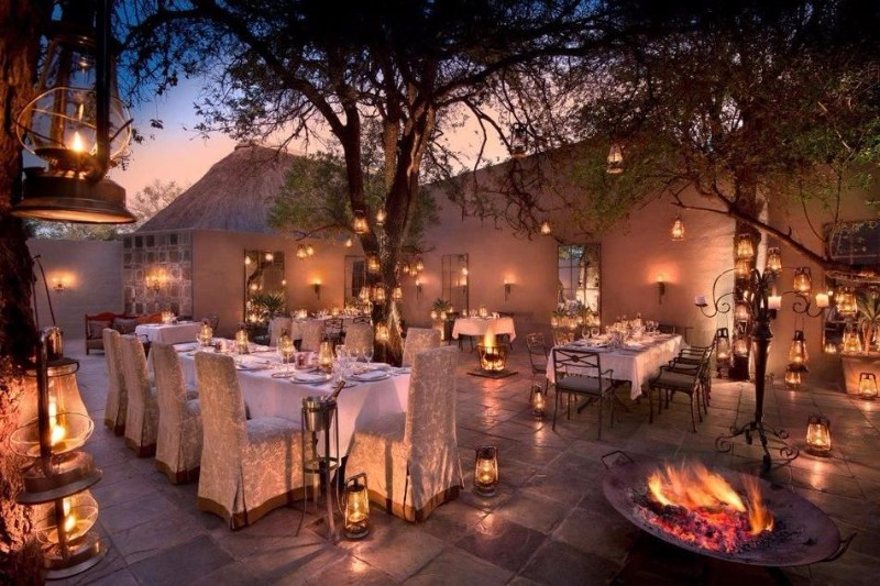 ngala-safari-lodge-courtyard-dining-1.jpg.950x0