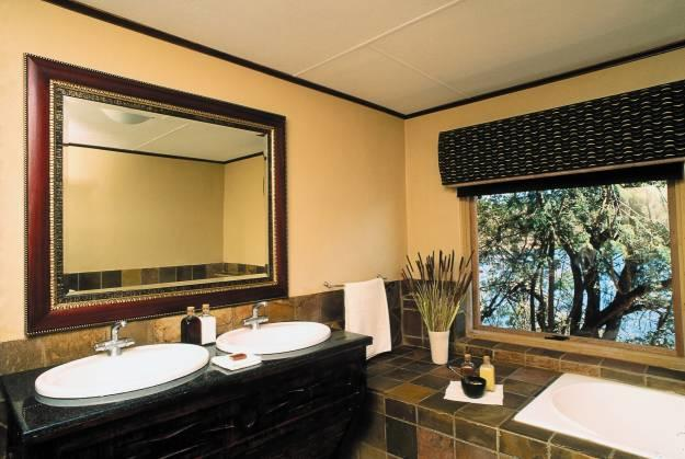 kingfisher-en-suite-bathroom-with-a-view