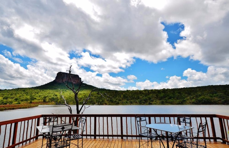 kingfisher-lakeside-lodge-lake-deck