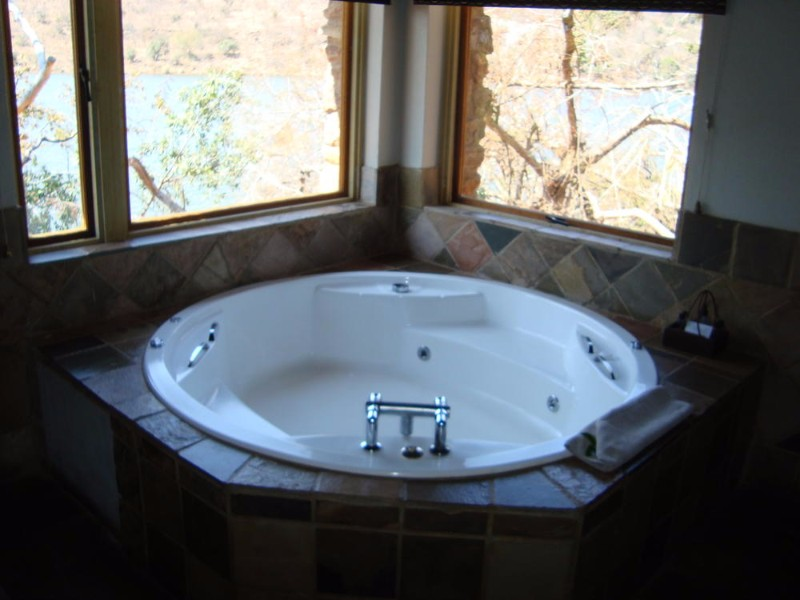 kingfisher-lodge-honeymoon-room-bathroom