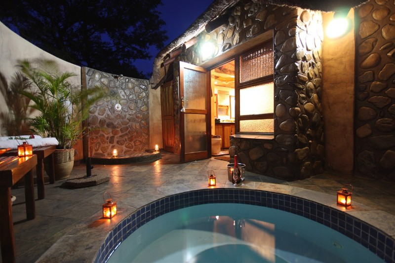 Mkuze-Falls-room-plunge-pool-and-outside-shower
