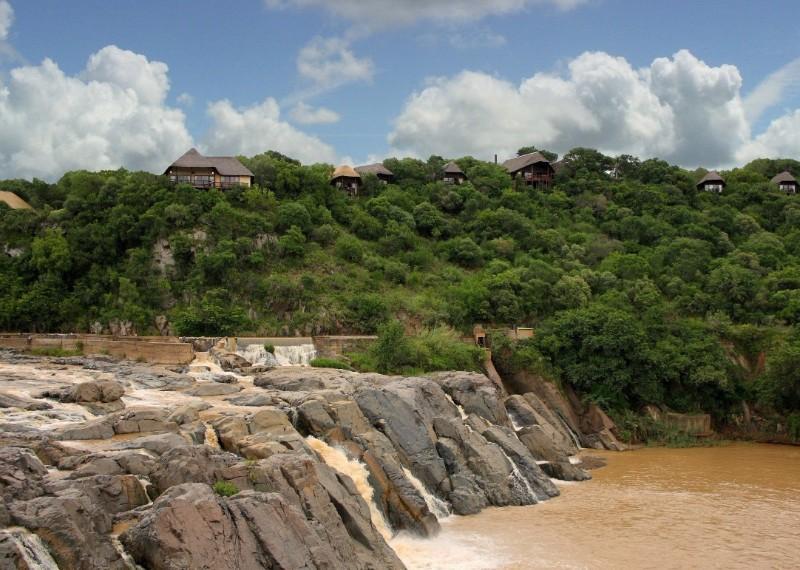 mkuzi-falls-lodge-setting-and-views
