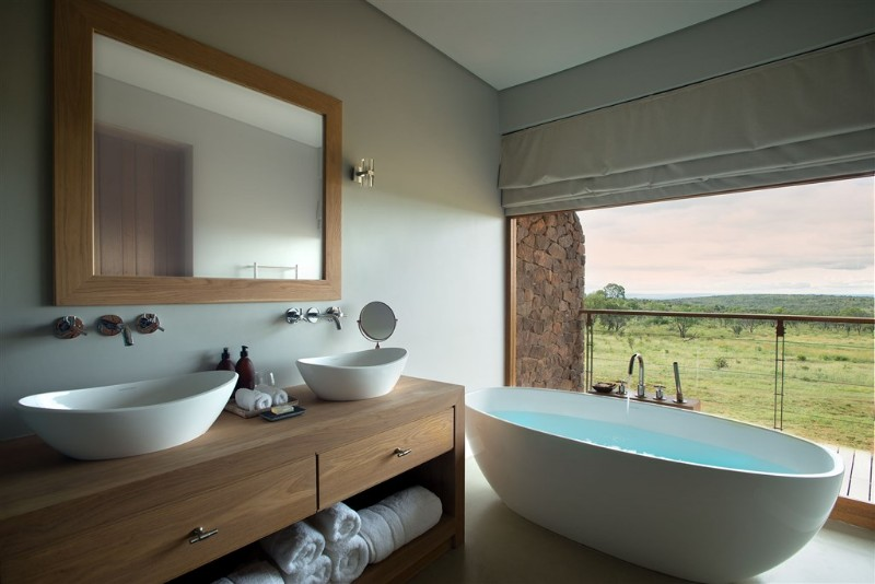 mhondoro-villa-interior-luxury-bathroom-with-stunning-view