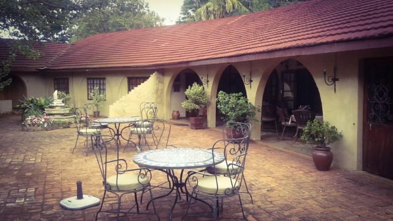 bohms-zeederberg-country-house-breakfast-verandah-and-outside