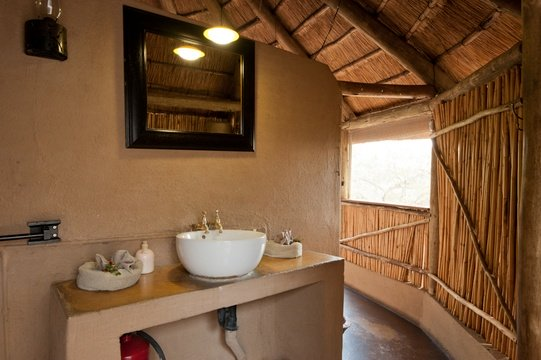 accommodation-double-hut-en-suite-Umlani-Bushcamp-Timbavati-Private-Nature-Reserve-Kruger-National-Park