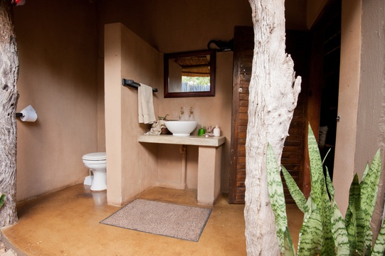 accommodation-eco-hut-en-suite-bathroom-Umlani-Bushcamp-Timbavati-Private-Nature-Reserve-Kruger-National-Park