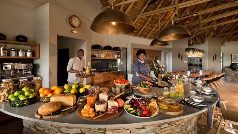 RockFig-Safari-Lodge_Openplan-kitchen-breakfast-buffet