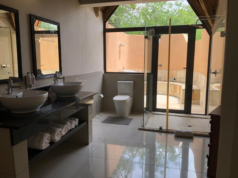 impala-bathroom-from-bathroom-door-to-shower-out