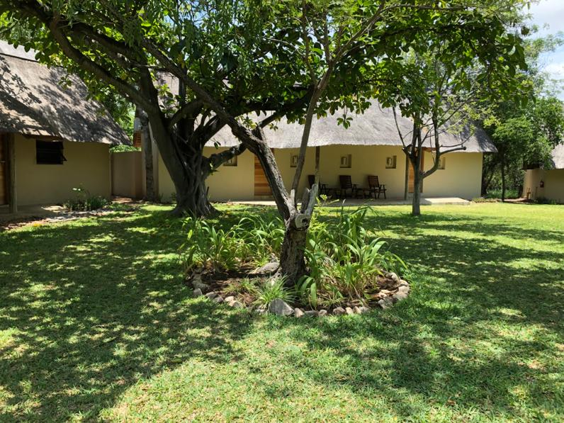 kwenga-exterior-front-entrance-of-luxury-rooms-heyna-giraffe