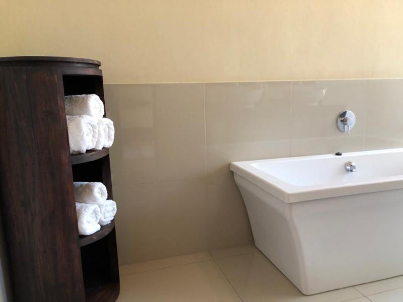 kwenga-luxury-no-3-Giraffe-bath1