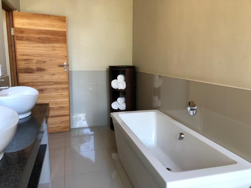 kwenga-luxury-no-3-Giraffe-bathroom-from-shower-to-bath