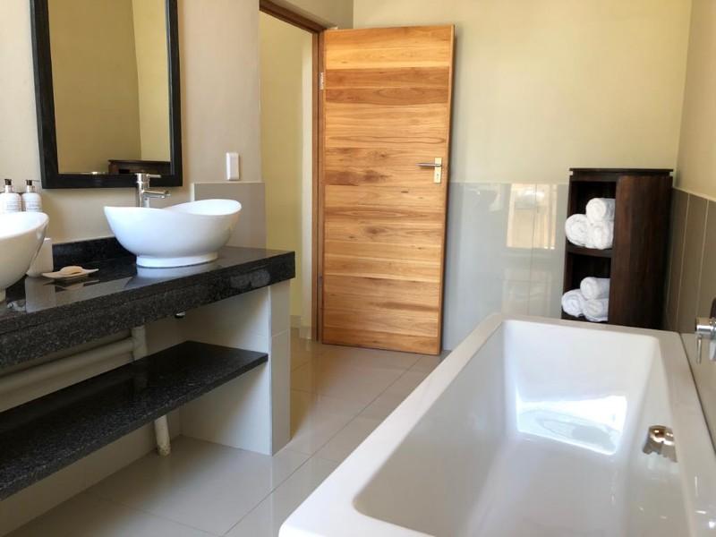 kwenga-luxury-no-3-Giraffe-bathroom-from-shower-to-bath1