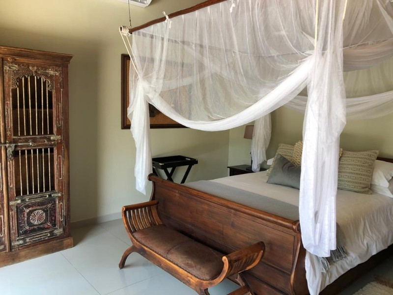 kwenga-luxury-no-3-giraffe-from-patio-to-bed-showing-bed-cupboard