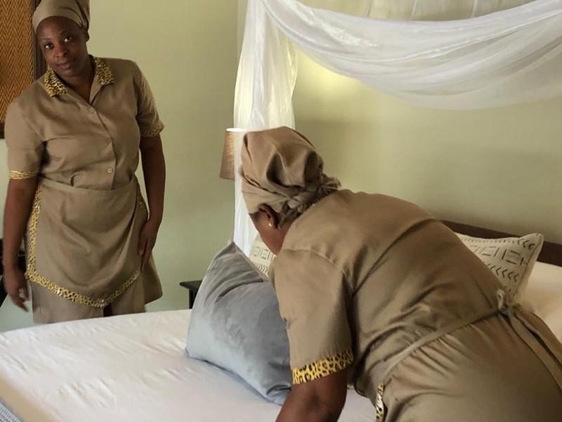kwenga-staff-ladies-making-bed