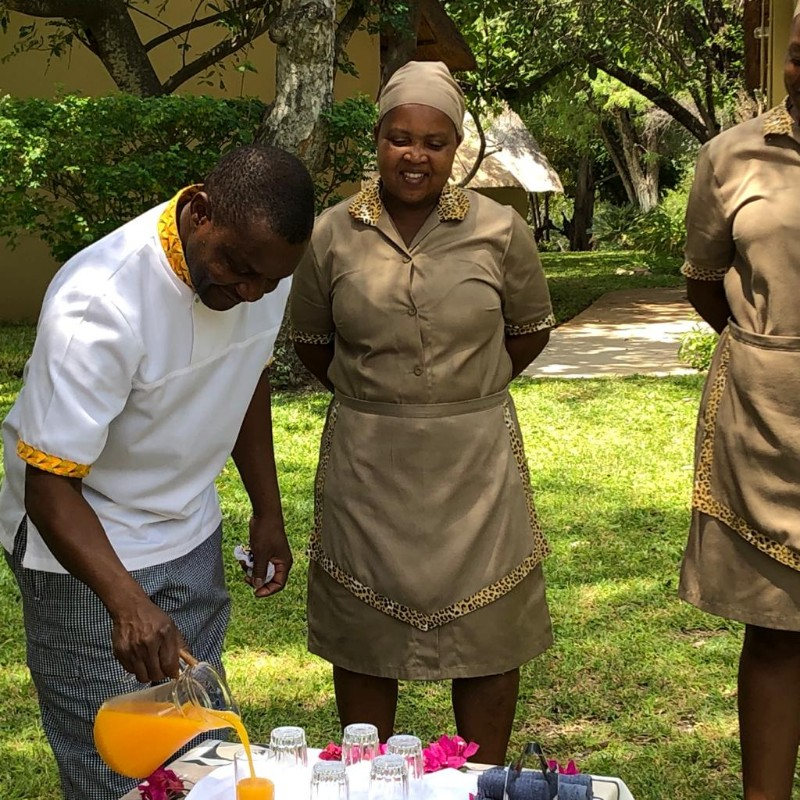 kwenga-staff-ladies-solly-pouring-welcome-drinks
