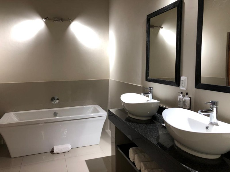 kwenga-standard-room-LION-bathroom-bath1