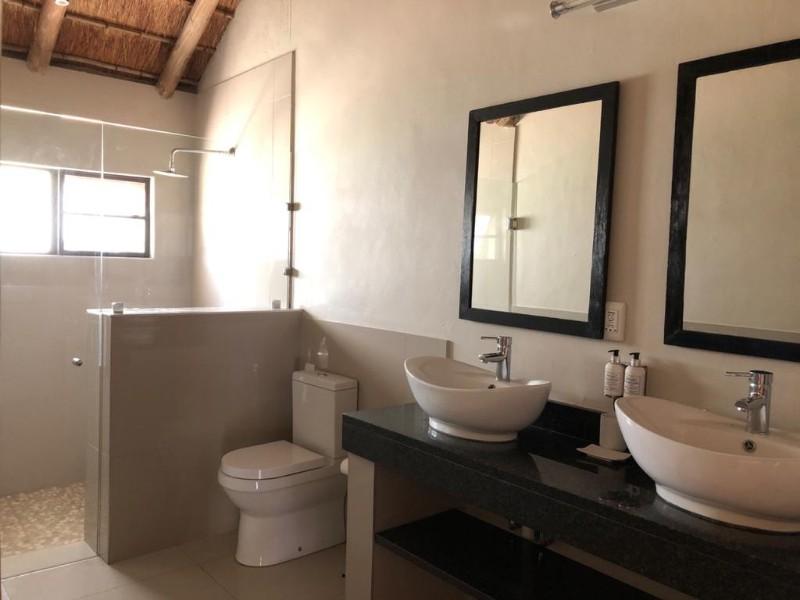 kwenga-standard-room-bathroom2