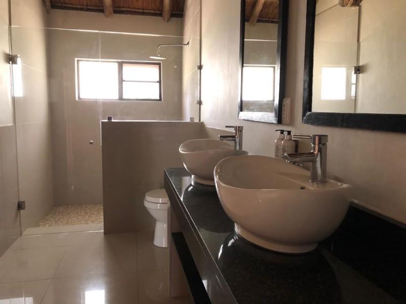 kwenga-standard-room-bathroom4